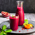 Pomegranate beet citrus smoothie - loaded with antioxidants, and vitamins, spiced with mint and ginger, this smoothie is as refreshing, as it is detoxifying and immune boosting. | www.viktoriastable.com