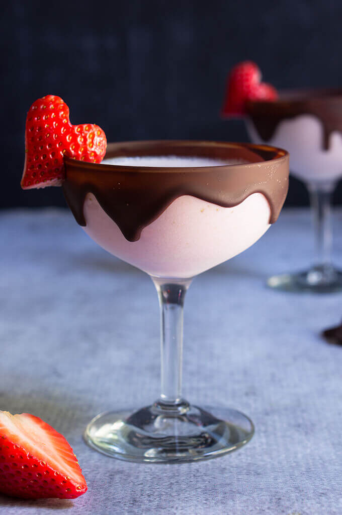 Chocolate strawberry martini - your favorite strawberries and chocolate combo gets a boozy lift in this dangerously delicious cocktail. | www.viktoriastable.com