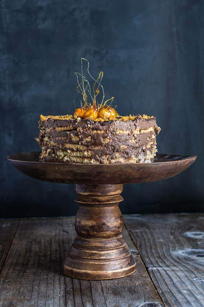 No-bake vanilla chocolate cake - delicious, elegant and super easy to make, with layers of tea biscuits, chocolate pastry cream, and candied hazelnuts for extra flavor and decoration. | www.viktoriastable.com