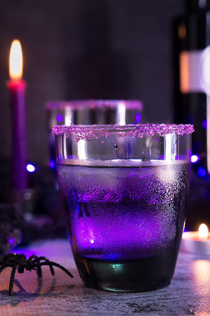 Purple Moscow mule - floral aroma, spicy fruit flavors, and a whimsical purple color, make this drink the ideal Halloween cocktail. | www.viktoriastable.com
